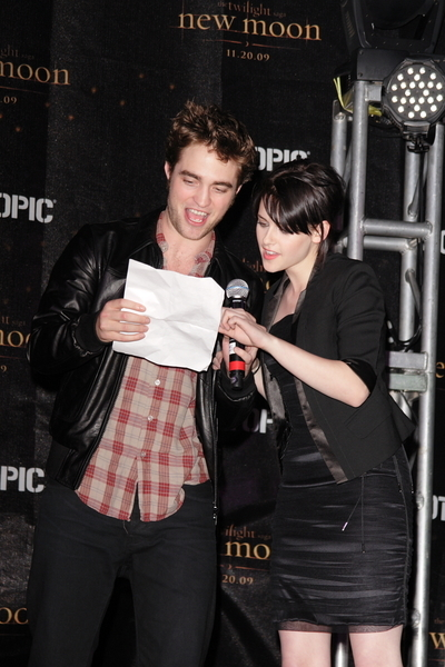 Robert and Kristen Attend New Moon Cast Signing