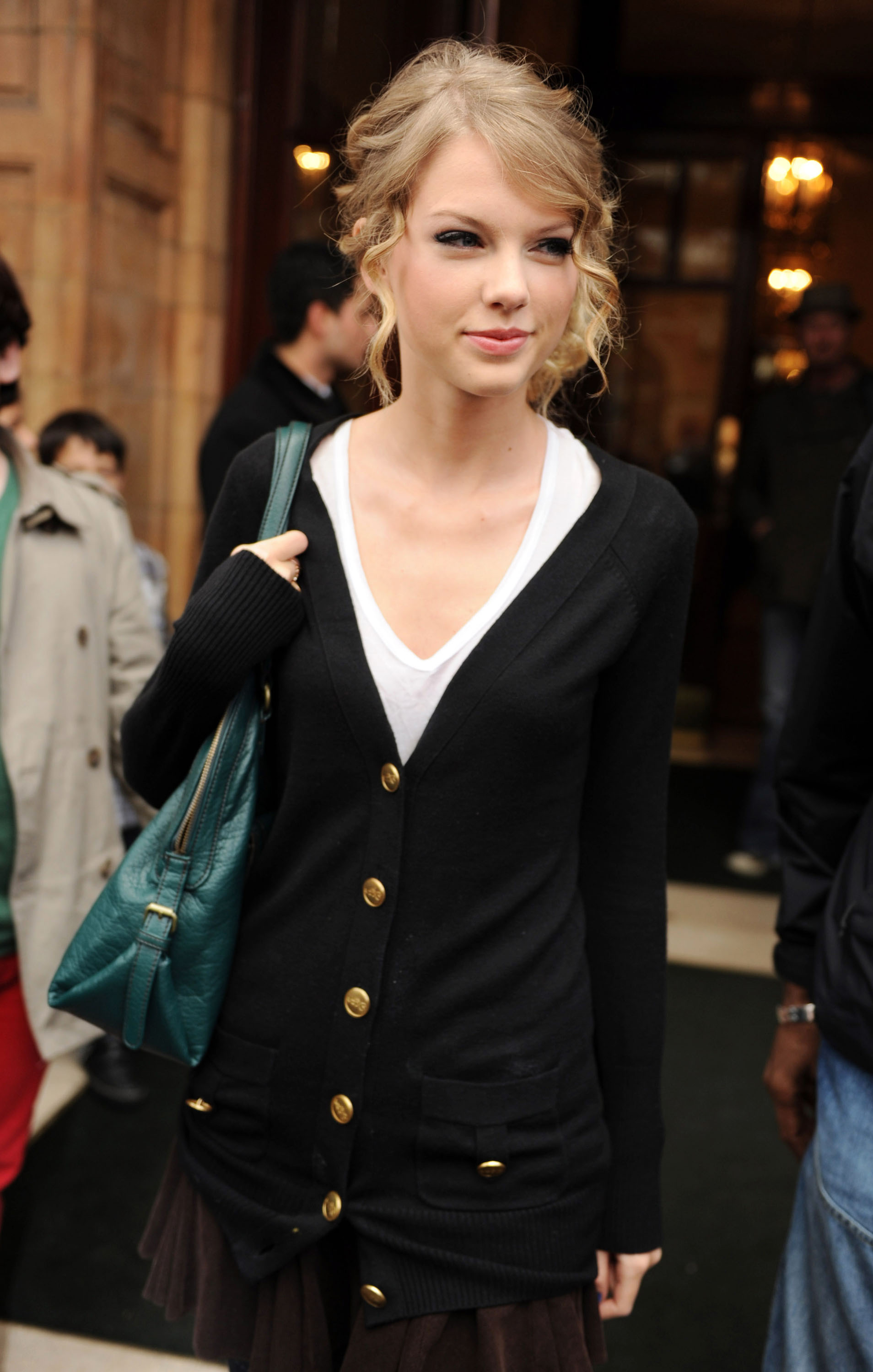 Taylor Swift buys a new condo with her hard earned cash!