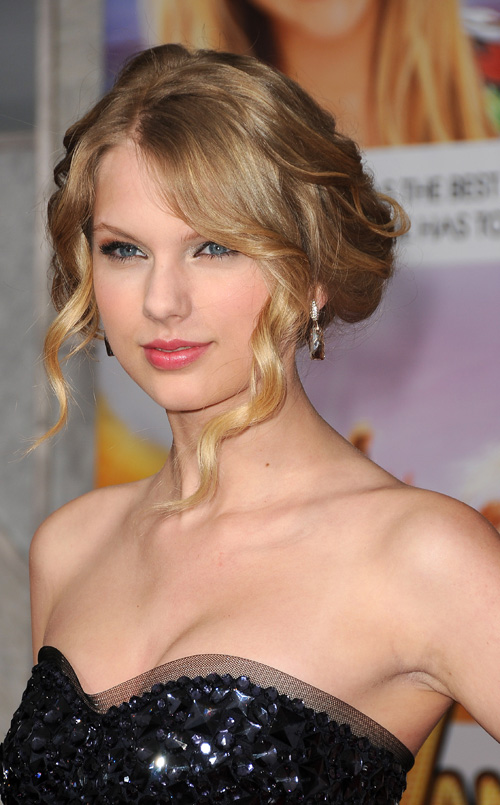 TAYLOR Swift is planning to write her autobiography.
