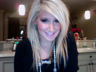 New Ashley Tisdale Twitpic, lookin' cute!