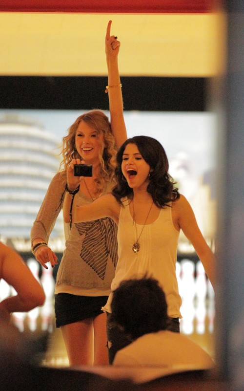 Taylor Swift and Selena Gomez: Bowling Buddies (PHOTOS)