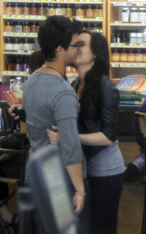Jemi spotted kissing in Erewhon Foods grocery store (PHOTOS)