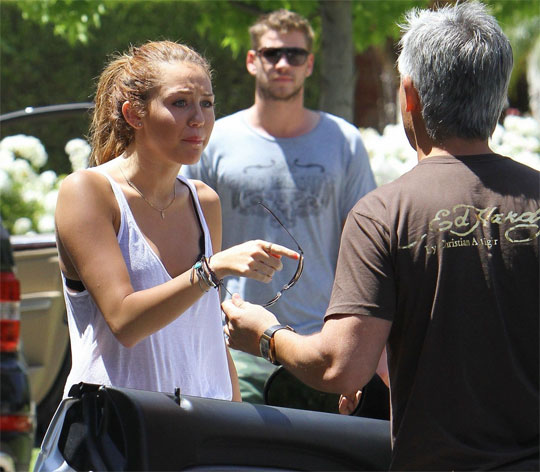 Miley Cyrus confronts the Paparazzi! (PHOTOS UNDER)