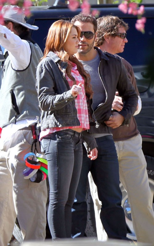 "Miley & Jeremy: ""So Undercover"" Weekend Workers (photos)"