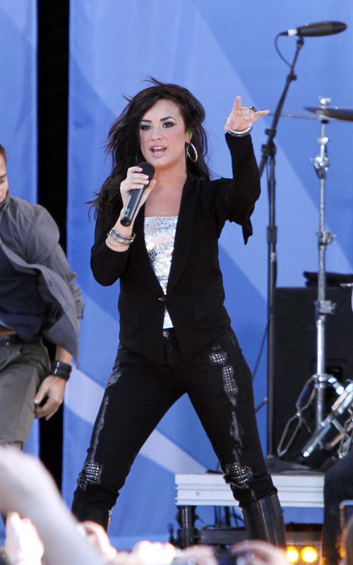 great news: Demi Lovato plans to tour in 2011