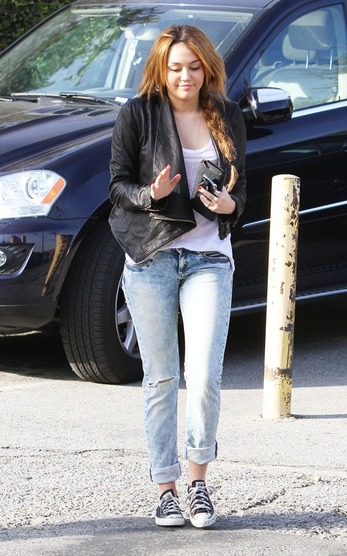 Miley Cyrus out in Toluca Lake, lookin' adorable! (photos under)