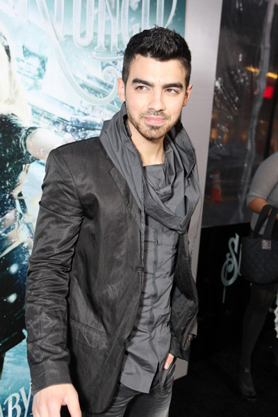 joe jonas at sucker punch premiere photos under surfme