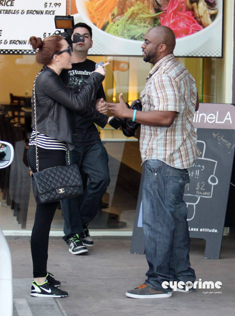 Miley Cyrus has a fight with the Paparazzi! (photos under)