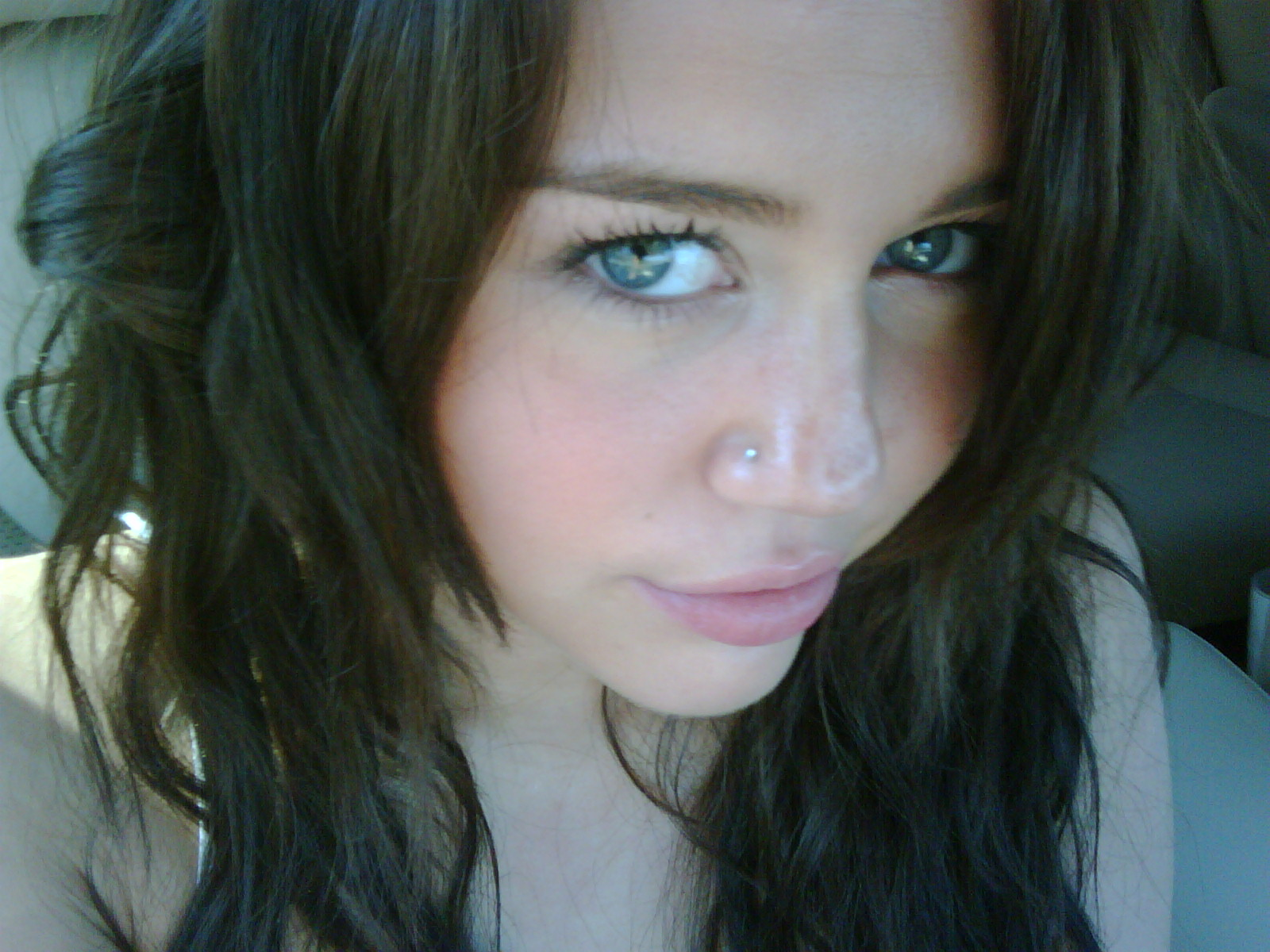 Miley Gets Another Nose Piercing Surfme