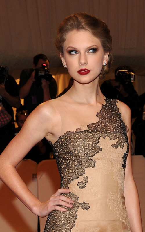 Taylor Swift Shines in J. Mendel at the MET (photos)