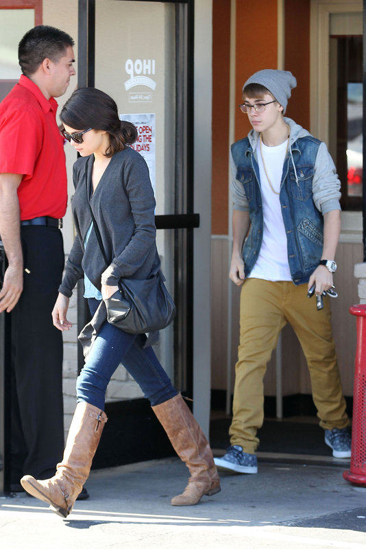 Justin & Selena at IHOP this morning (photos under)