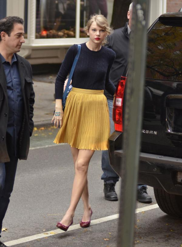 Taylor Swift seen shopping at Ralph Lauren (photos)