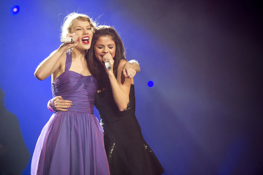 HQ photos from Selena & Taylor's performance last night!