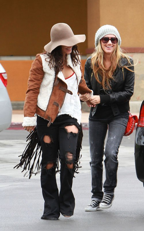 Vanessa, Austin & Ashley smiling + shopping (photos)