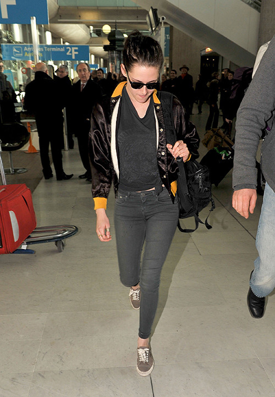 Kristen Stewart arrives in Paris (photos under)