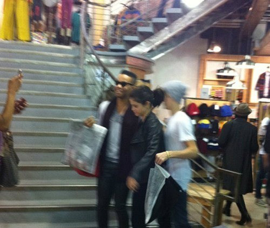 Justin And Selena Out Shopping At Urban Outfitters (+ 1 more photo under)