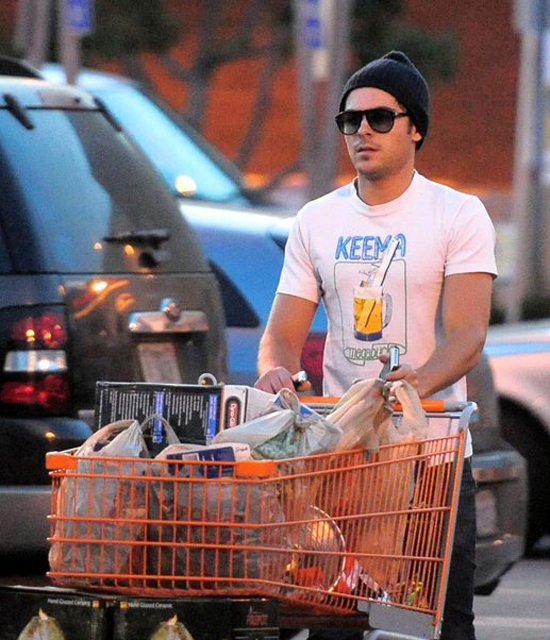 Zac Efron spotted at Home Depot (photo's under)