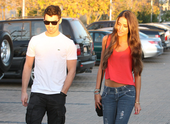 Joe Jonas Takes A Lovely Lady To Dinner (photo's under)
