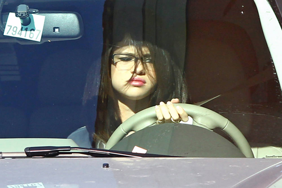 Selena Gomez at McDonalds Yesterday (photo's under)