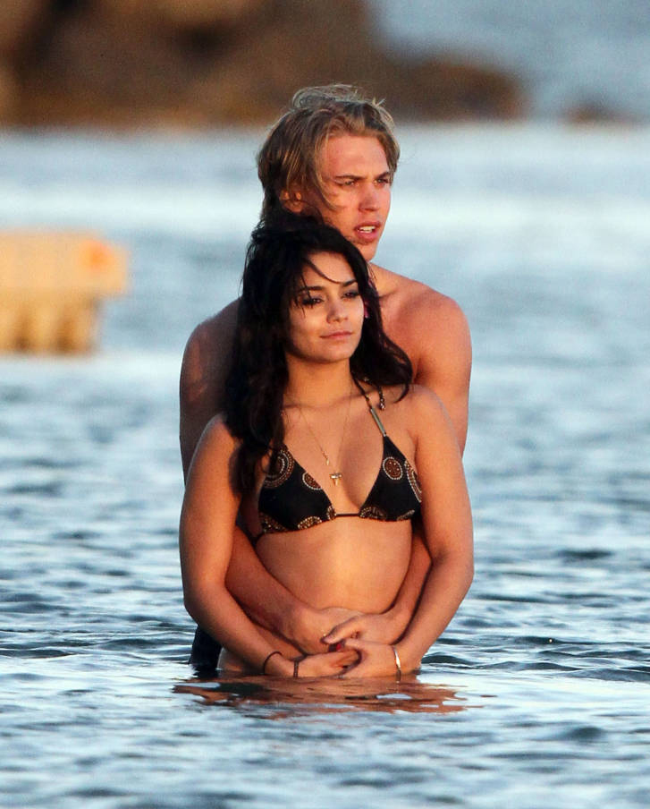Vanessa Hudgens enjoying sunset with boyfriend in Hawaii (photos)