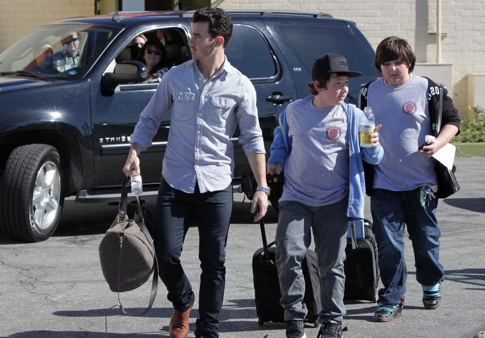 Kevin Jonas picking up brother Frankie from School (photos)