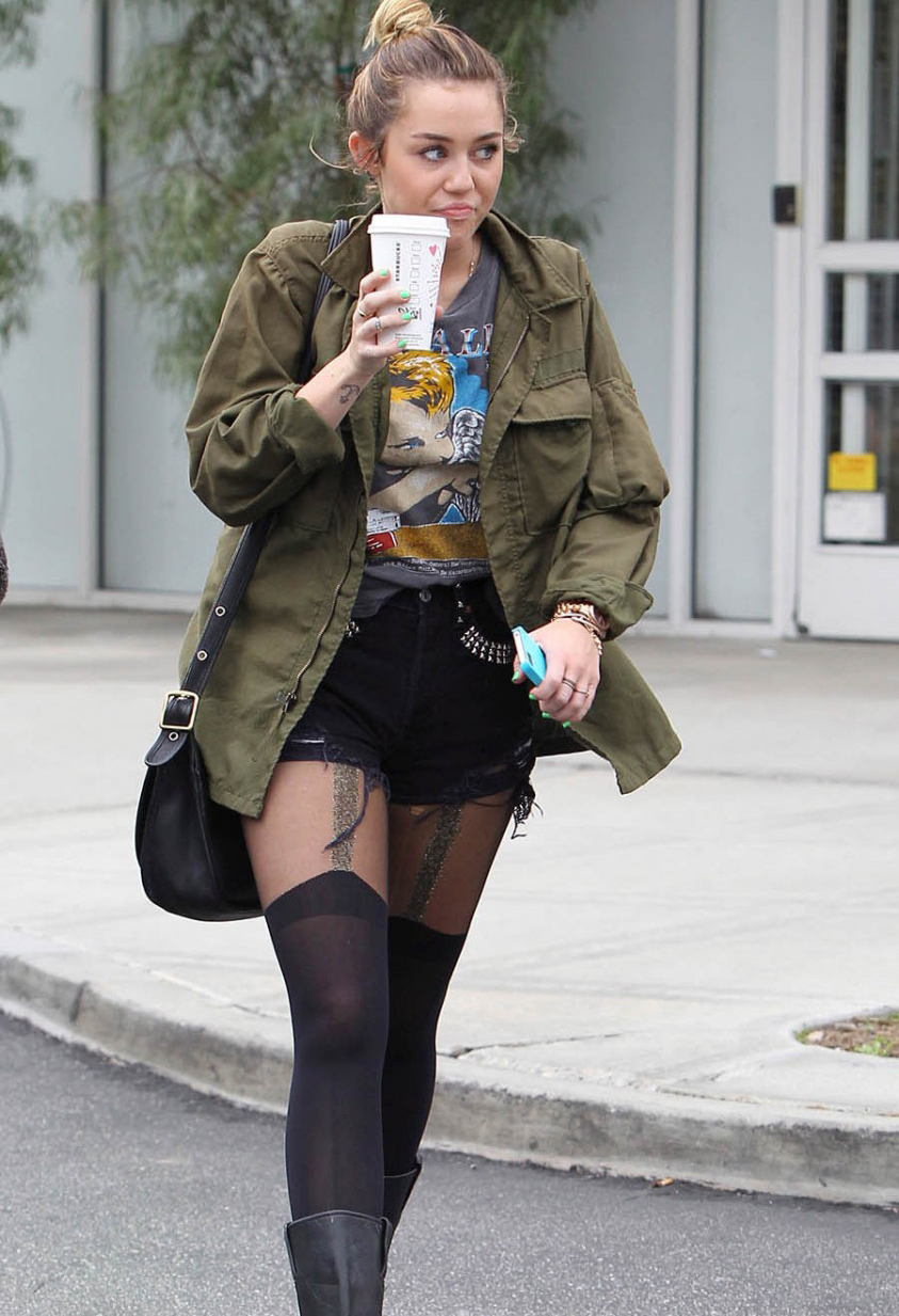 Miley Cyrus drinking Starbucks in Hollywood (photo's under)