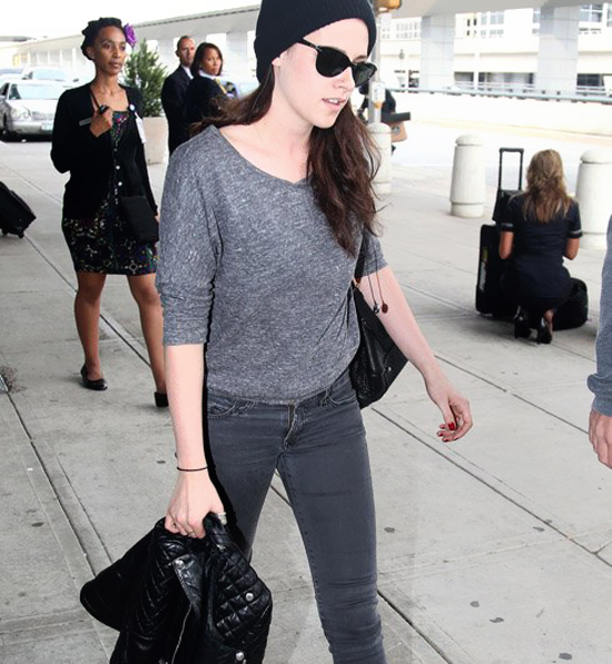 Kristen Stewart leaving John F. Kennedy Airport  (photos under)