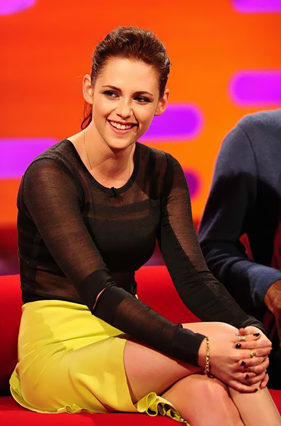 Kristen Stewart on The Graham Norton Show (photos under)