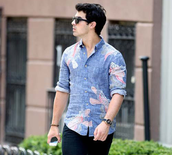 Joe Jonas out in New York City yesterday (photos under)