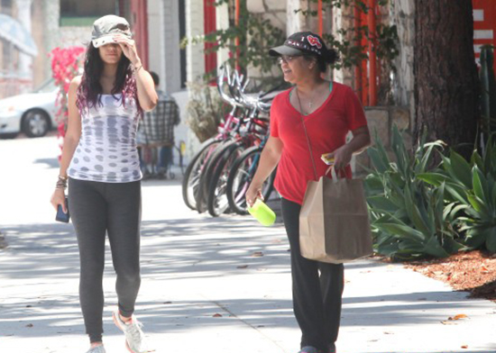 Vanessa Hudgens grabs lunch with her mother (photos under)