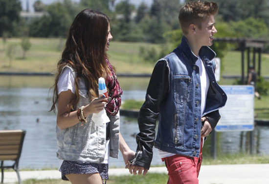 Selena Gomez and Justin Bieber goes for a romantic stroll (photos)