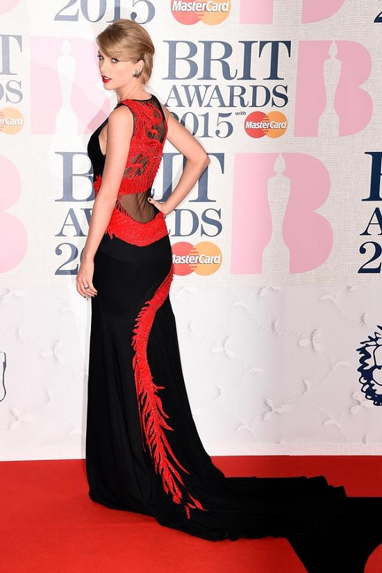 taylor-swift-brit-awards-red-carpet