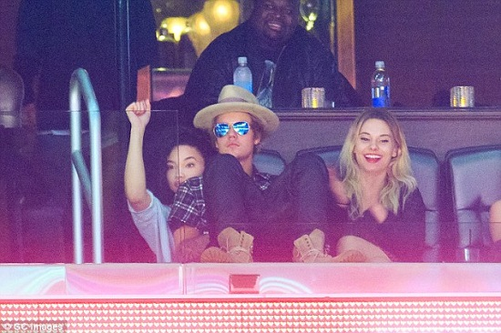justin-bieber-kissing-ashley-moore-clippers-game